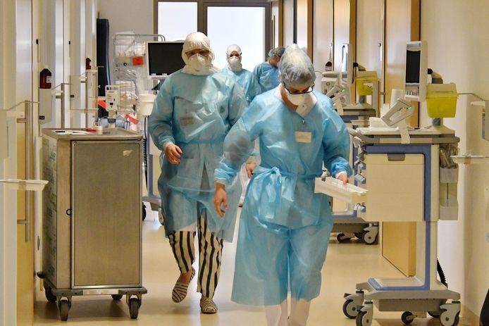 De druk in de Twentse en Achterhoekse ziekenhuizen is nog onverminderd hoog. De reguliere zorg leidt eronder, zelfs oncologie.