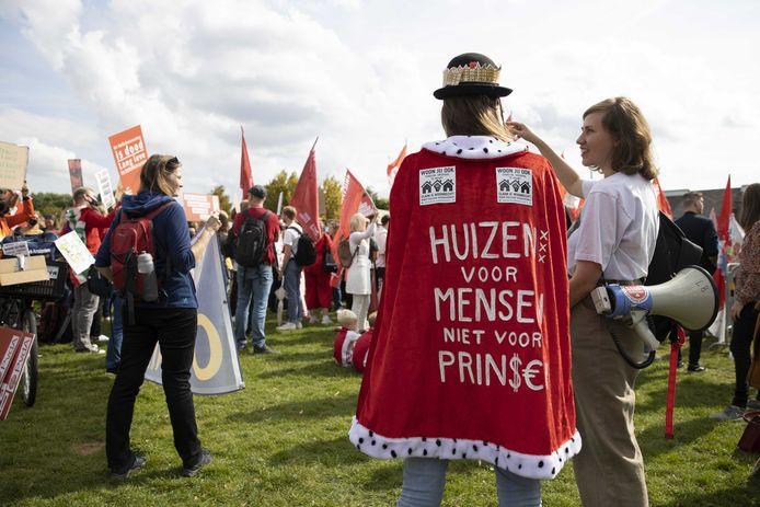 Demonstranten protesteerden gisteren tegen de problemen op de woningmarkt en eisen hervormingen tijdens het Woonprotest in het Westerpark.
