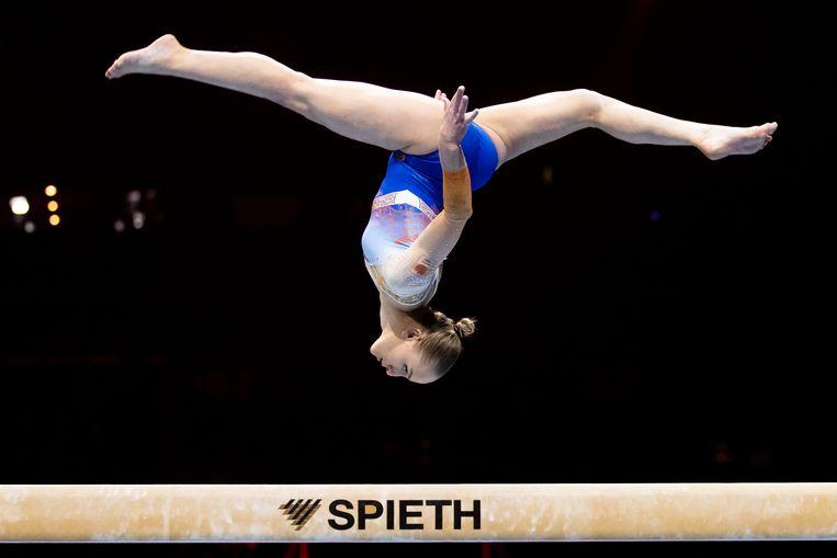 Sanne Wevers tijdens haar zilveren oefening op de balk. Beeld AP