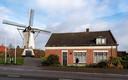 Zo zag de molenaarswoning in Halsteren er in januari 2020 uit, toen nog met de kap erop. De sloop is inmiddels ingezet.