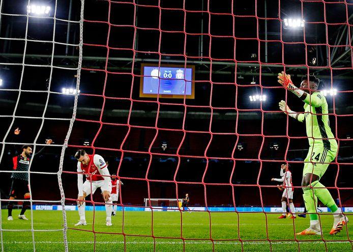 Nicolás Tagliafico werkt de bal in eigen doel tegen Liverpool.