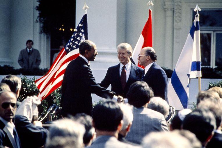 Egyptisch president Anwar al-Sadat schudt handen met Israëlisch premier Menachem Begin. VS-president Carter kijkt toe, september 1978. Beeld AFP