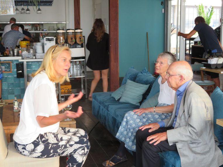 Met Leo Lewin en echtgenote. 'Figuur van internationaal niveau'. Beeld
