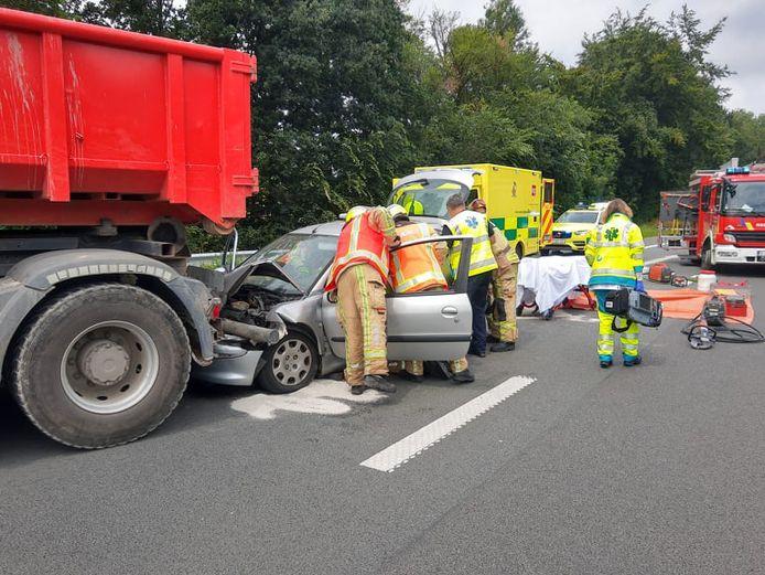 De hulpdiensten kwam ter plaatse om het slachtoffer uit de wagen te bevrijden.