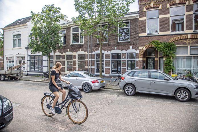 Een passant kijkt naar het twee verdiepingen tellende pand aan de Groeneweg 66 in de Zwolse wijk Assendorp.
