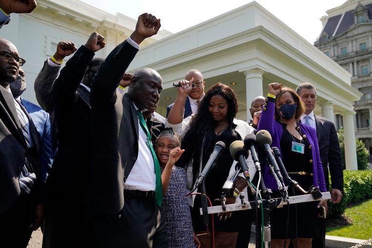 Nabestaanden van George Floyd voor het Witte Huis na een gesprek met president Joe Biden. Beeld AP