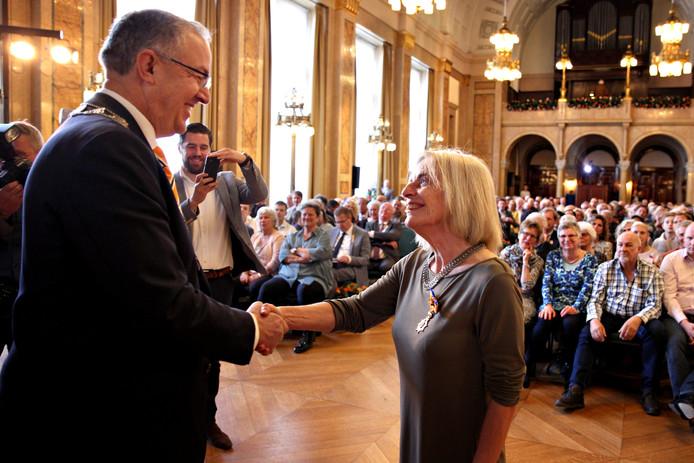 Mieke van de Sandt-Koenderman ontvangt het lintje van burgemeester Aboutaleb. Zij krijgt  de hoogste onderscheiding (officier) als klinisch linguïst bij revalidatiekliniek Rijndam.