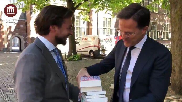 Thierry Baudet overhandigt Mark Rutte een stapel boeken 'ter voorbereiding'