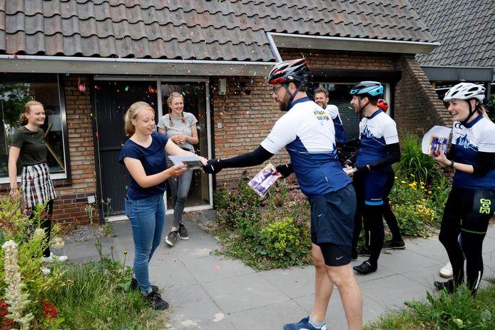 Lise Hulstein (17) ontvangt van haar mentor Jeroen Verhaaren haar cijferlijst. De leraren fietsen in een tocht van ongeveer 140 kilometer langs alle havo-leerlingen van het Citadel College in Nijmegen.