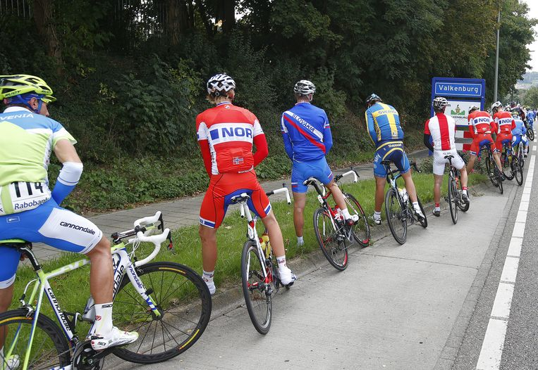 Wielrenners tijdens een plaspauze op het wereldkampioenschap wielrennen. Beeld anp