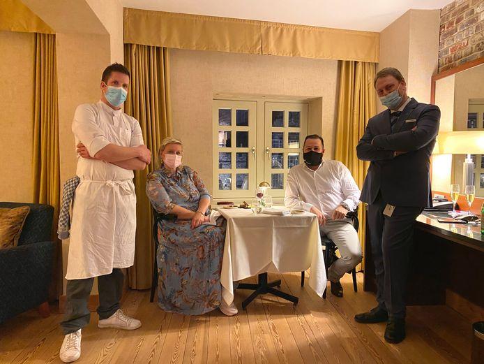 Chef Michaël Vrijmoed, gasten Marijke Sablon en Jos Vermeiren en hoteldirecteur Laurens Roels.