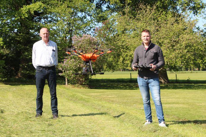 Martin Karnebeek (l) en Danny Spanjaard met de drone met infraroodcamera. Bij het speuren naar wild in lang gras vliegt de drone enkele tientallen meters hoog.