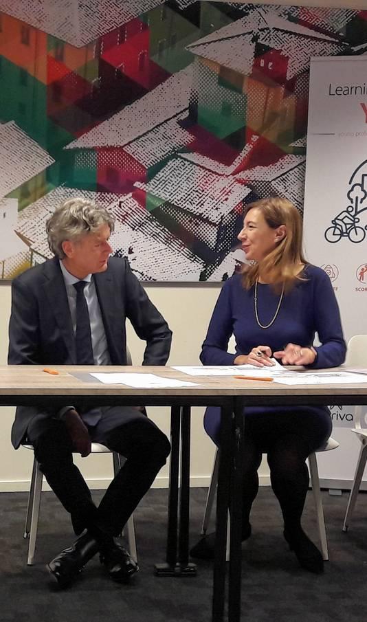 Anne Hettinga van Arriva en Elizabeth Minneman van de Breda University of Applied Sciences  bij het tekenen van hun samenwerkingsovereenkomst.