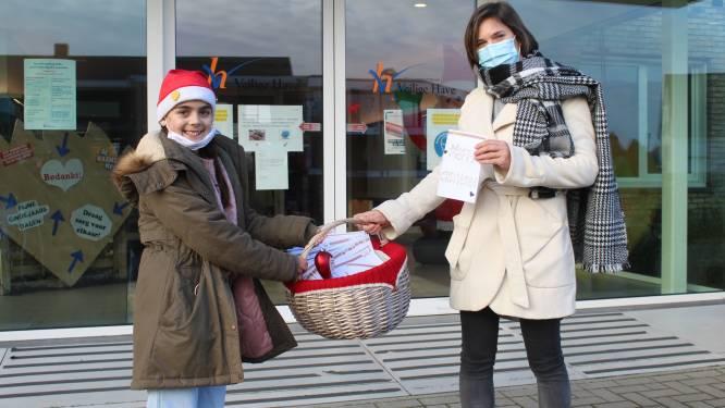 """Romi (11) brengt nieuwjaarsbrief naar alle rusthuisbewoners Veilige Have: """"Troost omdat ze zo weinig bezoek krijgen"""""""