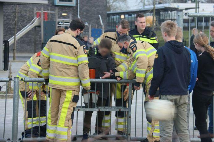 De jongen die klem is komen te zitten in een voetbaldoeltje in Steenwijk, werd maandagmiddag door de brandweer gered.