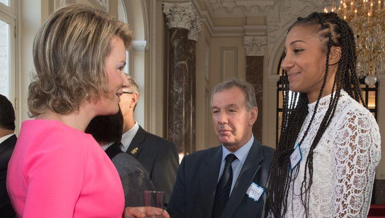 Koningin Mathilde onderhoudt zich met Nafi Thiam. Beeld BELGA
