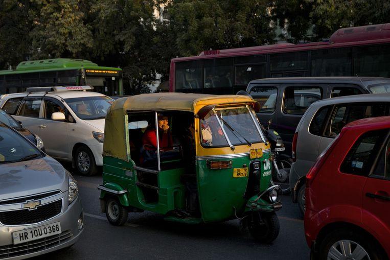 Een Indiase vrouw in een taxi. Beeld ap