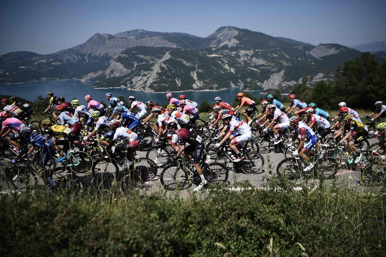 Het Tour-peloton passeert het meer van Serre-Poncon in juli 2019. Beeld AFP