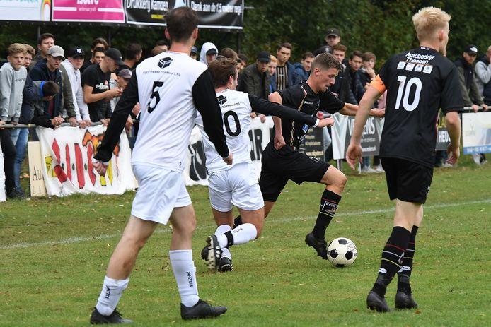 EGS (zwart shirt) mag van de KNVB direct in de eerste competitieronde het vernieuwde sportpark inwijden.