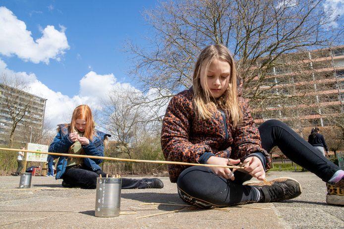 eerlingen van basisschool de Groene Vallei doen mee aan het IVN project waarbij zij bijenhotels maken.