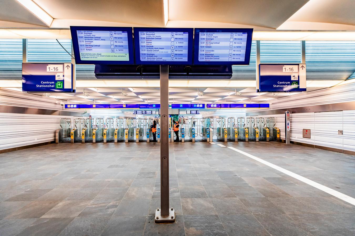 Stilte in de tunnel onder het station van Zwolle. Normaal zou het er in de spits krioelen met reizigers. Zij mijden nu het openbaar vervoer.