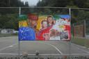 Het basketbalveld in Klamath, California. 'Water is heilig', staat op het hek.