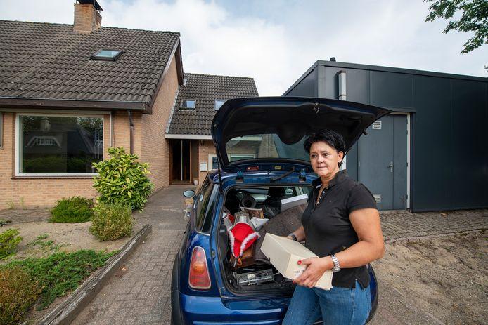 Emely pakt de laatste spulletjes bij elkaar uit haar huis in Wenum-Wiesel. Na het faillissement van haar bakkerij Breden is ze vanaf maandag officieel dakloos.