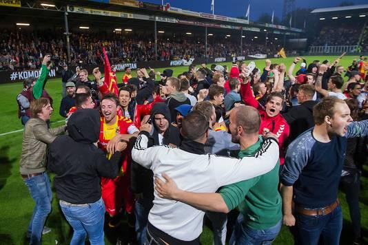 Fans van Go Ahead Eagles vieren de overwinning op De Graafschap.