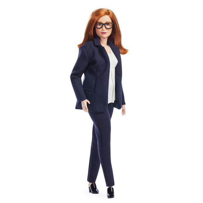 La poupée Barbie fabriquée à l'image de Sarah Gilbert, le professeur de l'Université d'Oxford qui a co-conçu le vaccin Oxford/AstraZeneca.