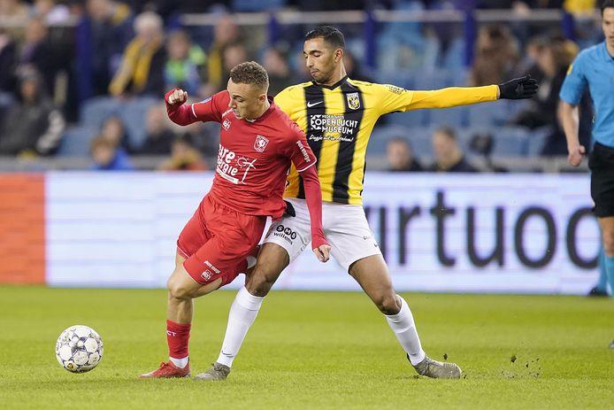 Yassin Oukili (rechts) voor Vitesse in maart 2020. Het talent duelleert met Noa Lang van FC Twente.