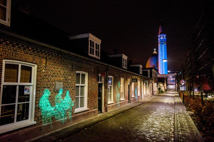 Het gemeentehuis, de Rabobank en de arbeidershuisjes zoals hier in de Hooisteeg staan al even in de licht. Binnenkort komen daar ook nog de torentjes bij van modezaak Van Dijk.