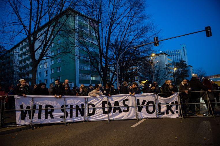 De anti-Merkel-demonstratie in Chemnitz vorige maand. 'Wij zijn het volk', staat op de banner.