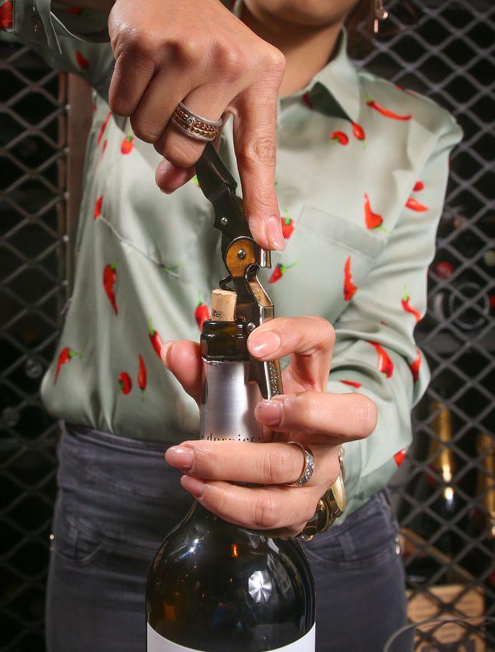Sepideh Sedaghatnia toont hoe je met een professionele kurkentrekker makkelijk een fles wijn openmaakt.