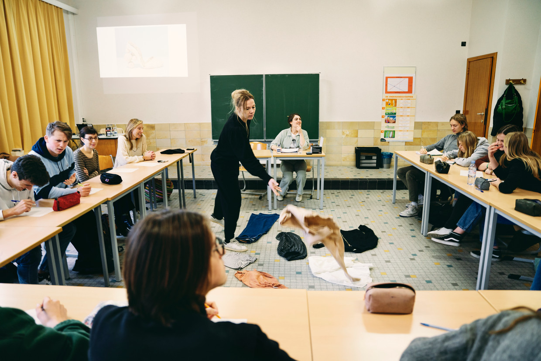 Middelbare-schoolleerlingen krijgen les over duurzame mode. Beeld Joris Casaer