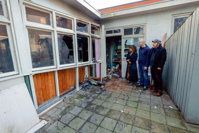 Sonja, Robert en Max (vlnr) van Emmaus Eindhoven bij het gebouwtje van de kringloopwinkel waar zondagavond brand werd gesticht.