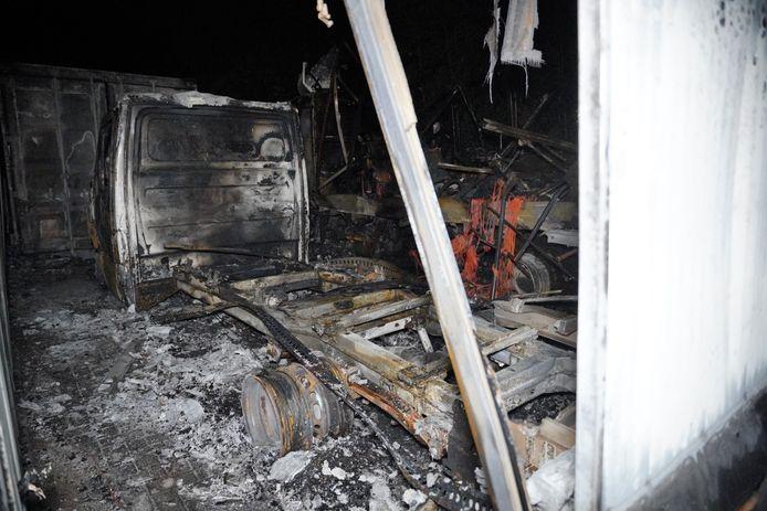 De brand bij een bedrijfsverzamelgebouw in Wijchen legde twee vrachtwagens in de as.