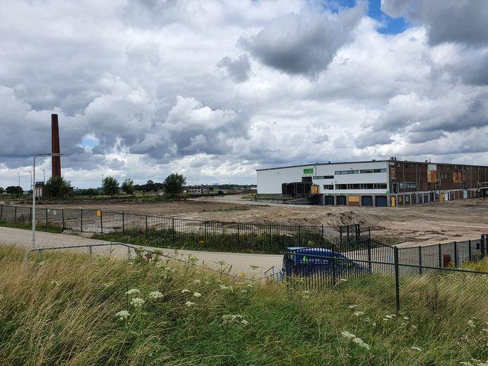 De meest recente sloopopdracht aan het Weverseinde in Puttershoek is voltooid. Een laatste oude bedrijfshal, de iconische schoorsteen en daarachter monumentale werkplaatsen zijn nu aan de beurt om tegen de vlakte te gaan.