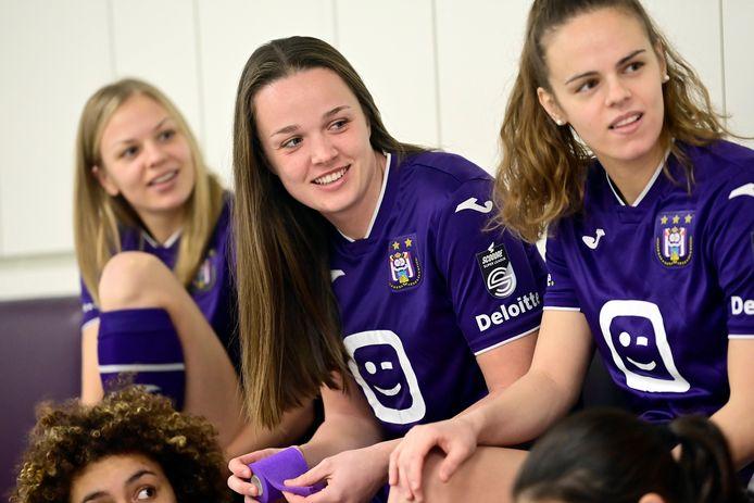 Gouden Schoen bij de vrouwen Tine De Caigny (centraal) werd door trainer Patrick Wachel omgevormd van middenveldster tot aanvalster.