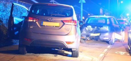 Automobilist rijdt verkeersbord omver, mist bocht en ramt geparkeerde auto in Rijssen
