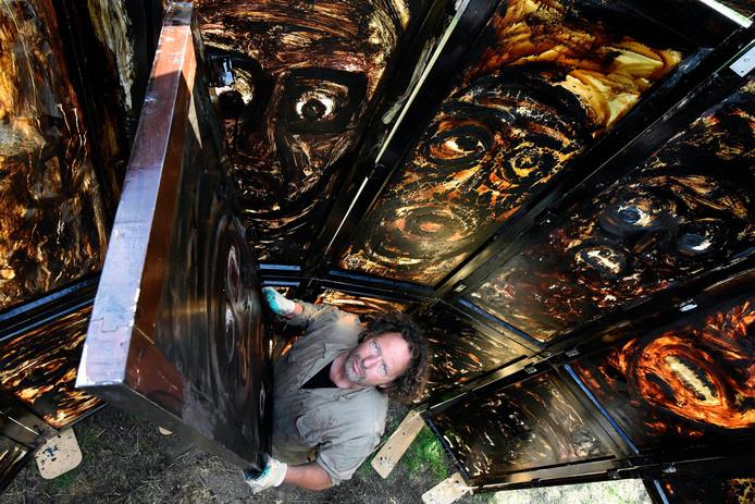 De angst- en koortsdromen uit zijn jeugd en tijdens de depressie gingen gepaard met enge gezichten die Van Meerendonk overspoelden. Hij schildert ze nu van zich af op glas en bouwt een toren van zeven meter hoog.