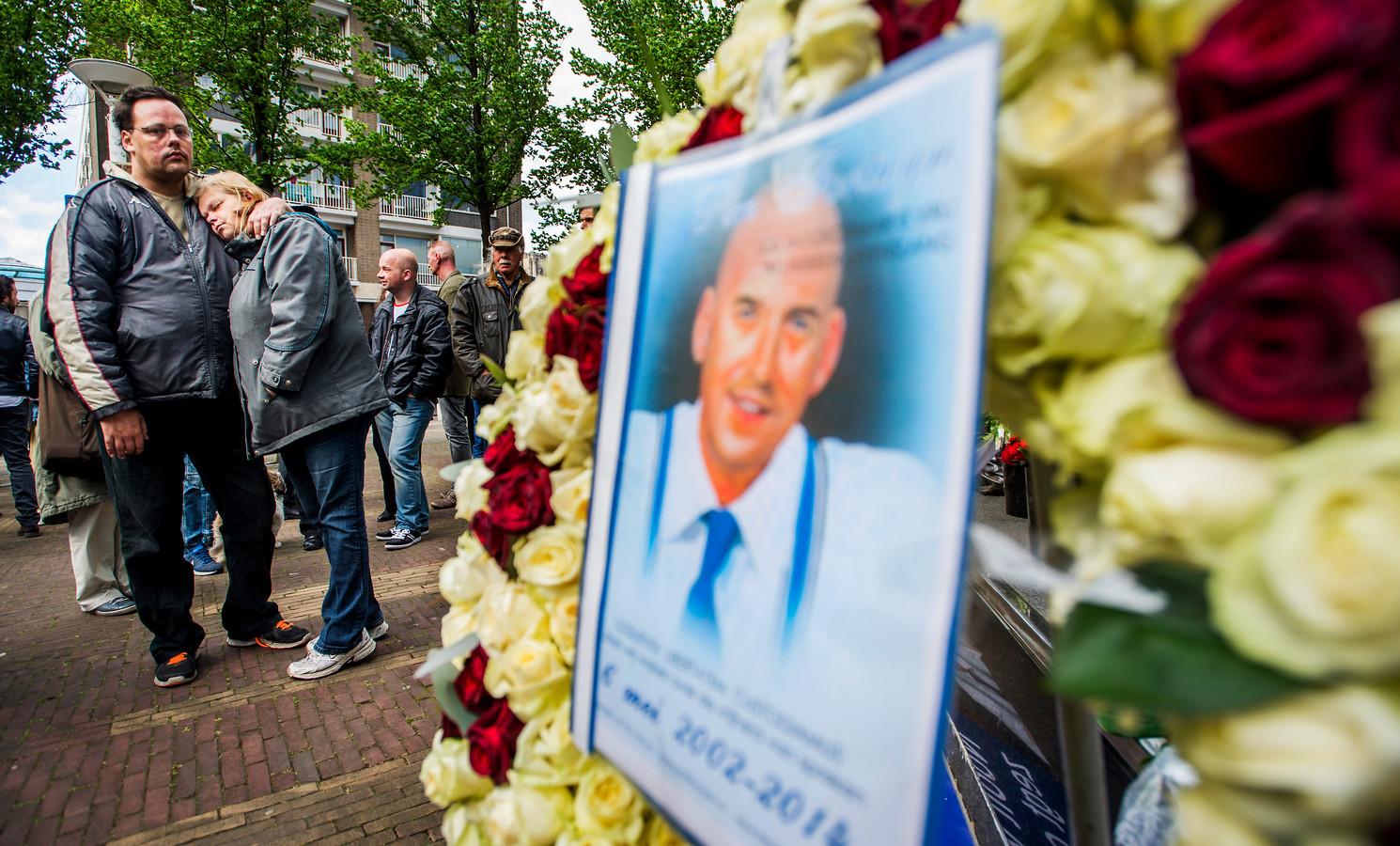 Aanhangers van de door Volkert van der Graaf doodgeschoten Pim Fortuyn bij het monument van de politicus.
