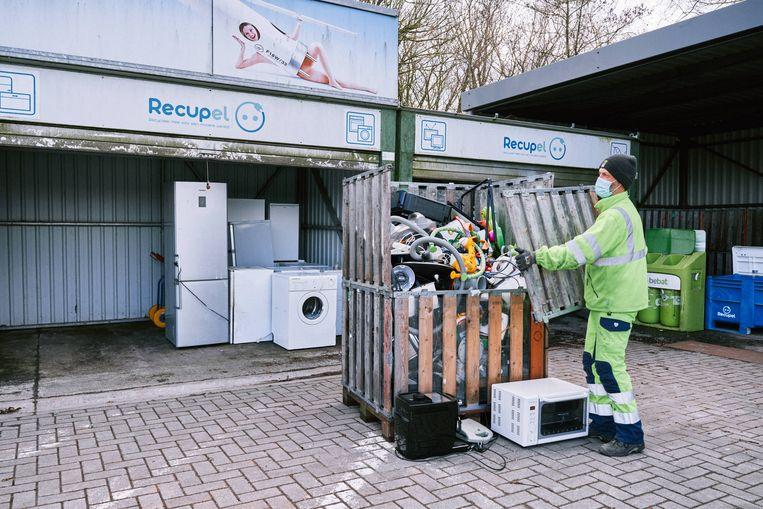 Elektrische en elektronische toestellen in het containerpark. Minstens 30 procent van wat we weggooien zou nog te repareren zijn. Beeld Thomas Sweertvaegher