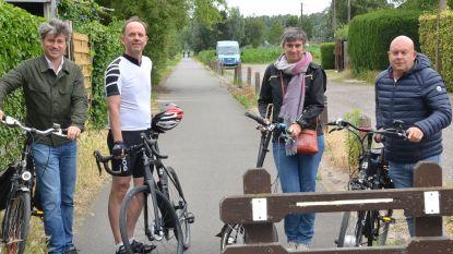 Flexibele paaltjes en ribbelstroken moeten fietskruispunten op oude spoorwegbedding veiliger maken