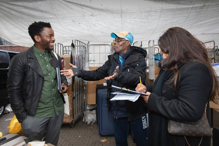 De Zuid-Afrikaanse kunstenaar Mohau Modisakeng (l) zoekt gezichten voor zijn Mandela-monument.  Beeld Dingena Mol