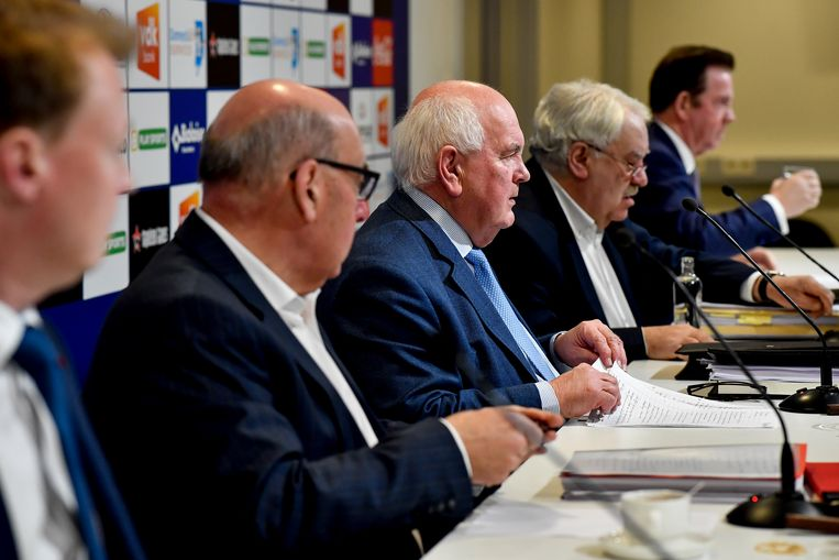 Schepen Christophe Peeters, burgemeester Daniël Termont, voorzitter Ivan De Witte, advocaat Patrick Devers and Ghelamco-CEO Paul Gheysens tijdens een informatiesessie over het stadion. Beeld BELGA