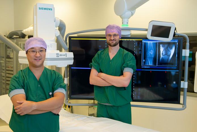 Radioloog Edwin Oei (links) en onderzoeker Tijmen van Zadelhoff met een foto van een knie met artrose, een veelvoorkomende kwaal.