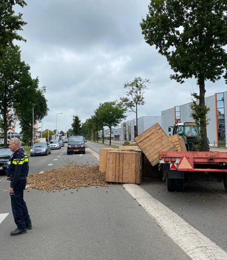 Weg bezaaid met aardappels na ongeluk in Winterswijk