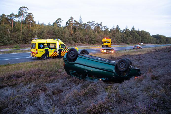 De auto in de berm na het ongeluk.
