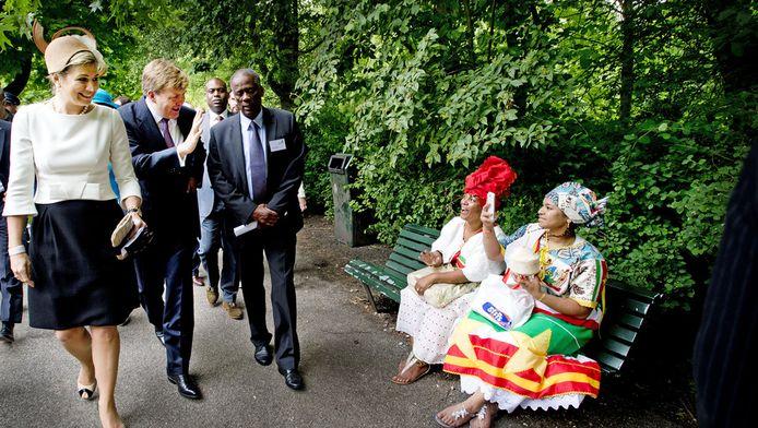 Koning Willem-Alexander en koningin Maxima wonen de herdenking van de afschaffing van de slavernij bij in het Oosterpark