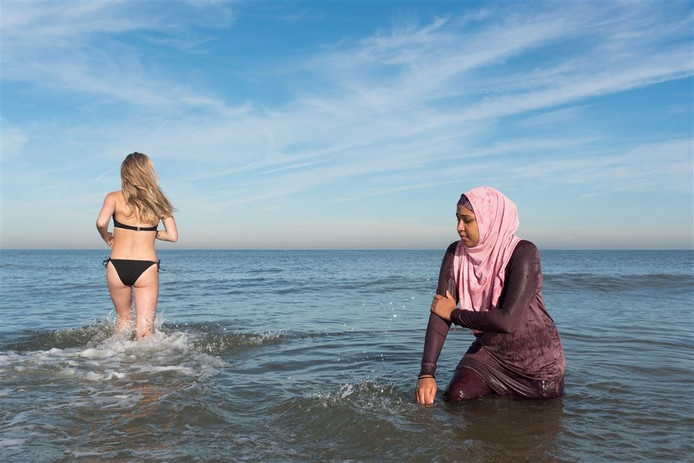 Een vrouw in een bikini en een vrouw in een boerkini.